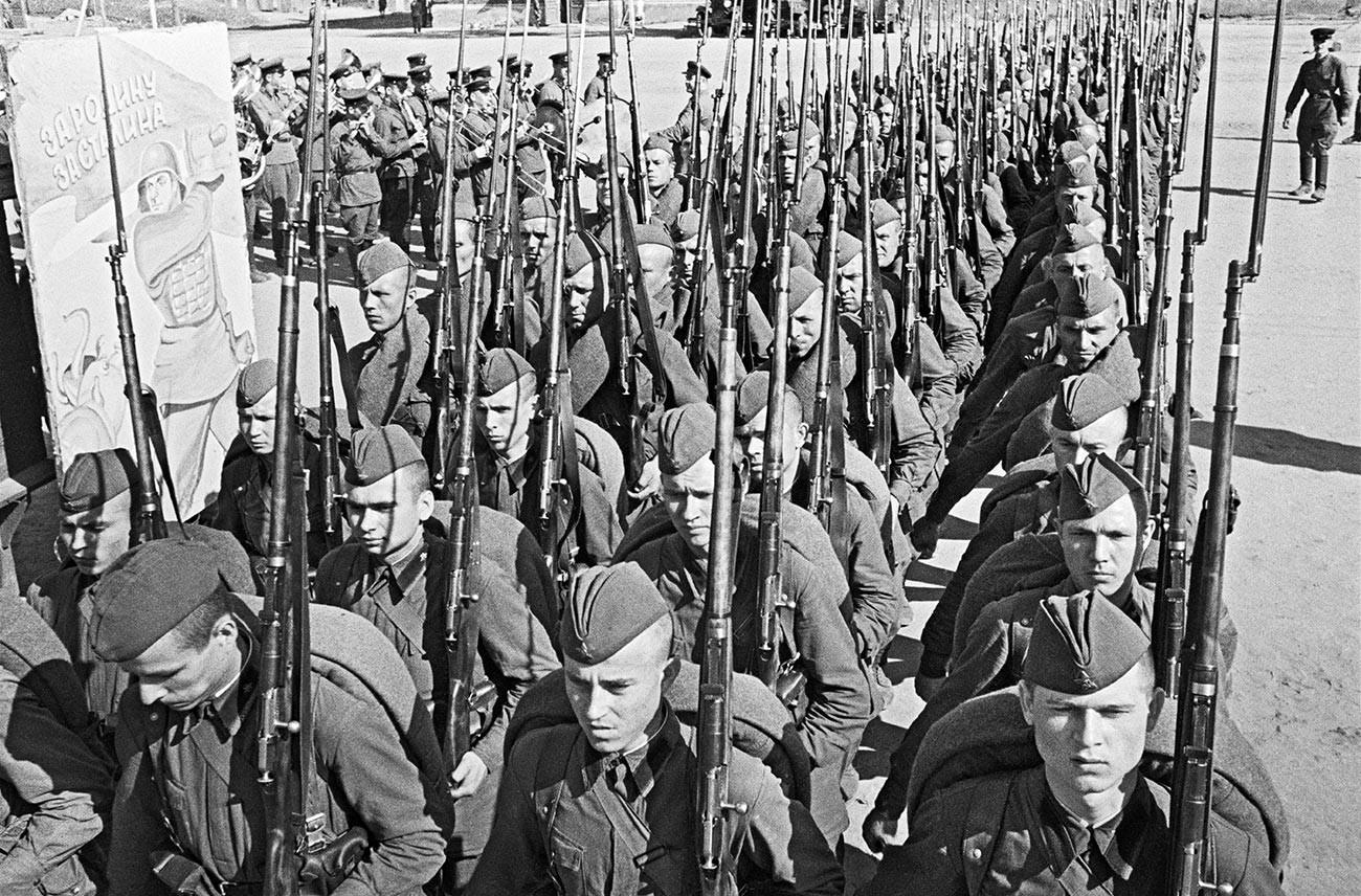 Colonne de soldats se rendant au front