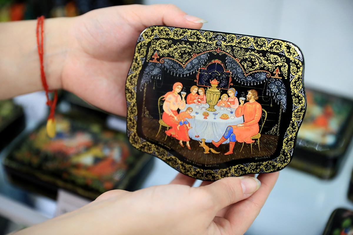 Кутия с палехска миниатюра във Възрожденската работилница за миниатюри в село Палех, Ивановска област, Русия