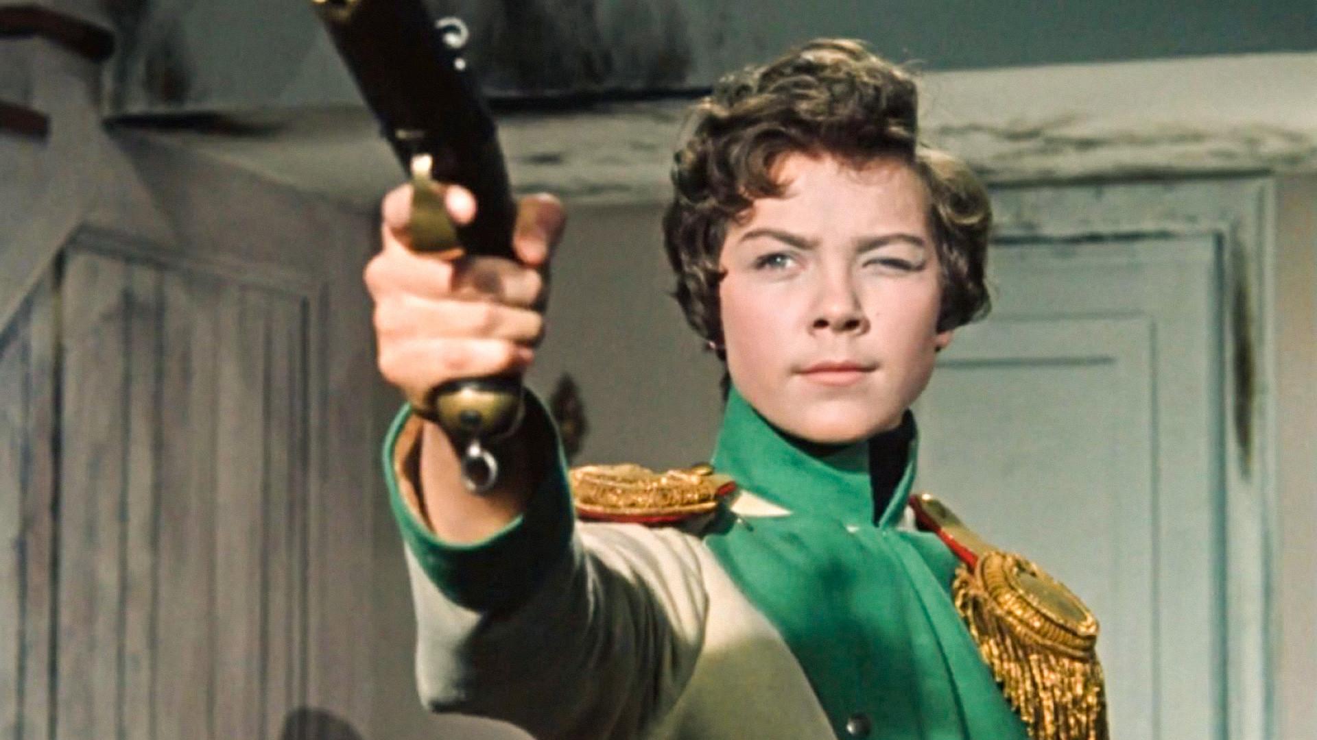 """Сюжет """"Гусарской баллады"""" напоминает биографию Дуровой, но создатели фильма (и пьесы) отрицают, что кавалерист-девица была прототипом героини Шурочки Азаровой"""