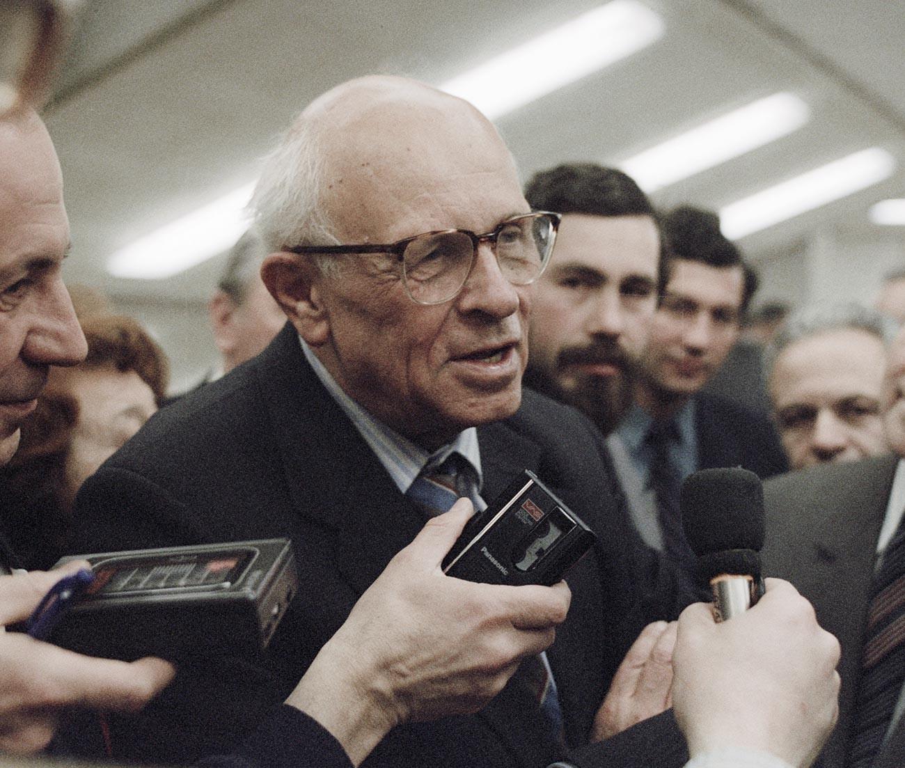 Akademiker Andrei Sacharow gibt ein Interview auf einer Konferenz der Akademie der Wissenschaften der UdSSR.