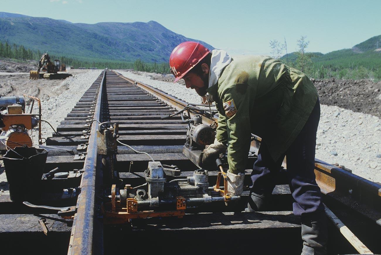 Ein Team von Gleisbauarbeitern beim Bau der Baikal-Amur-Hauptstrecke.