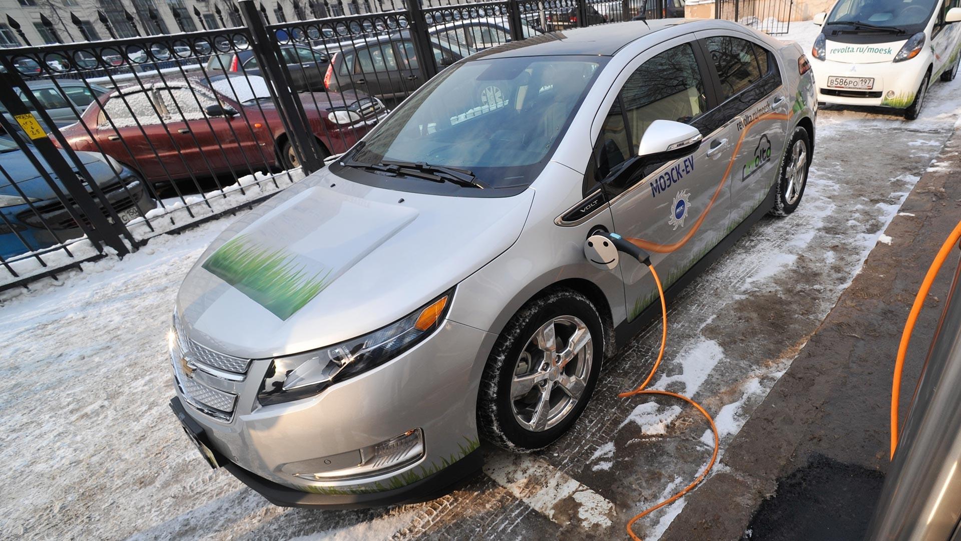 Električni automobil Chevrolet Volt na prezentaciji prve mreže stanica za punjenje elektromobila u Sadovničeskoj ulici.