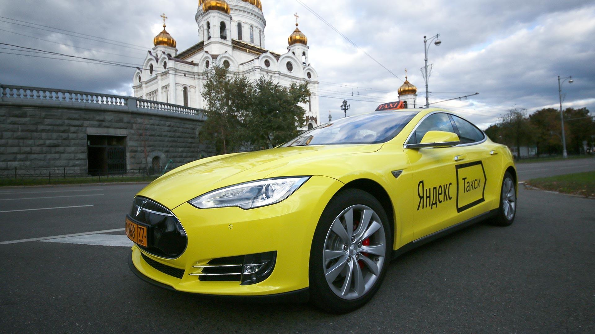 Le premier taxi électrique Tesla du service Yandex.Taxi dans l'une des rues de Moscou