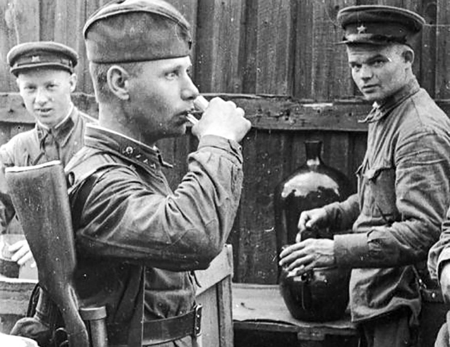 Seorang tentara Soviet menenggak jatah harian vodkanya sebanyak 100 gram.