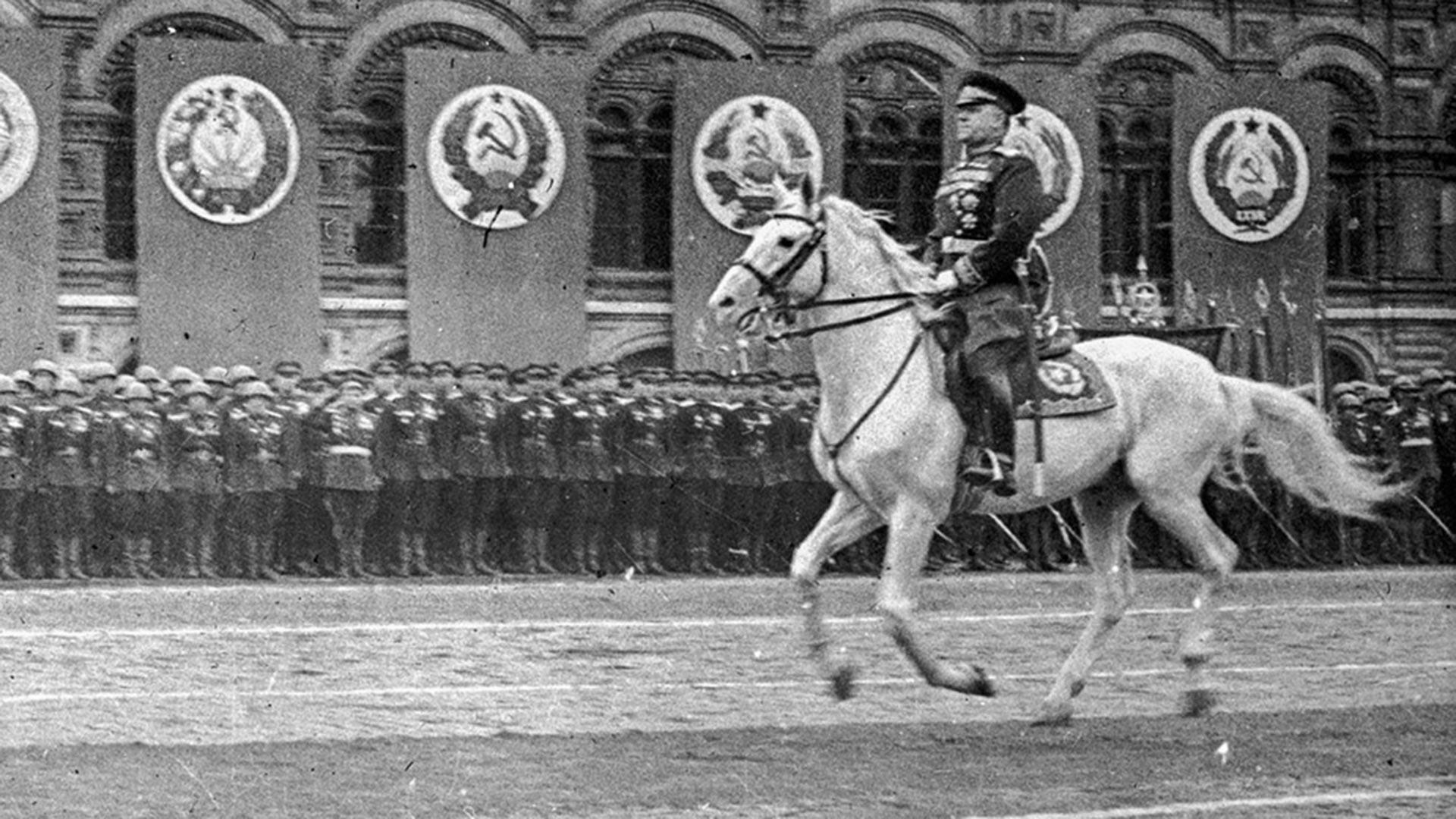 Zhukov menginspeksi persiapan Parade Kemenangan di Lapangan Merah, Moskow.