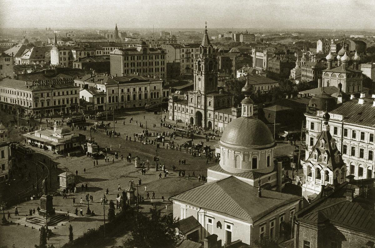 Страстният манастир и площадът пред него през 1920-те. Паметникът на Пушкин на другия край на площада ще бъде преместен на мястото на манастира.