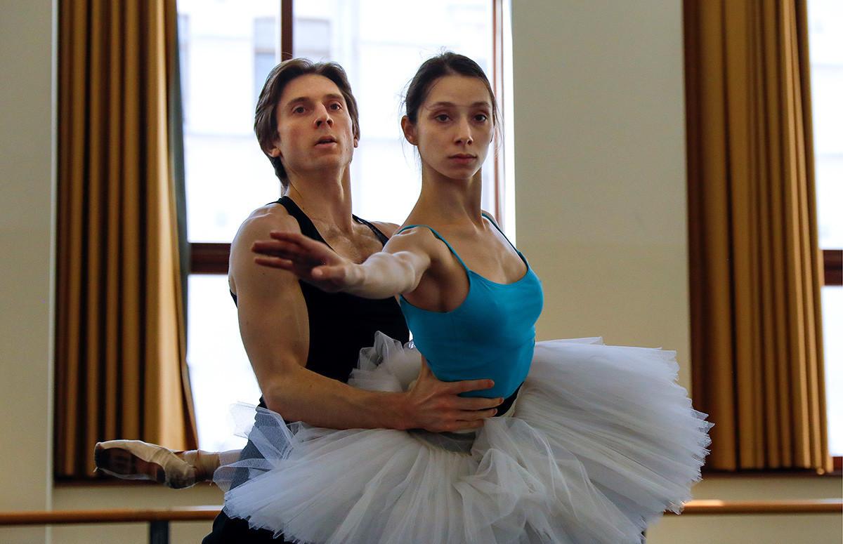 Ksenija Ševcova in glavni plesalec Dmitrij Sobolevski med vajo