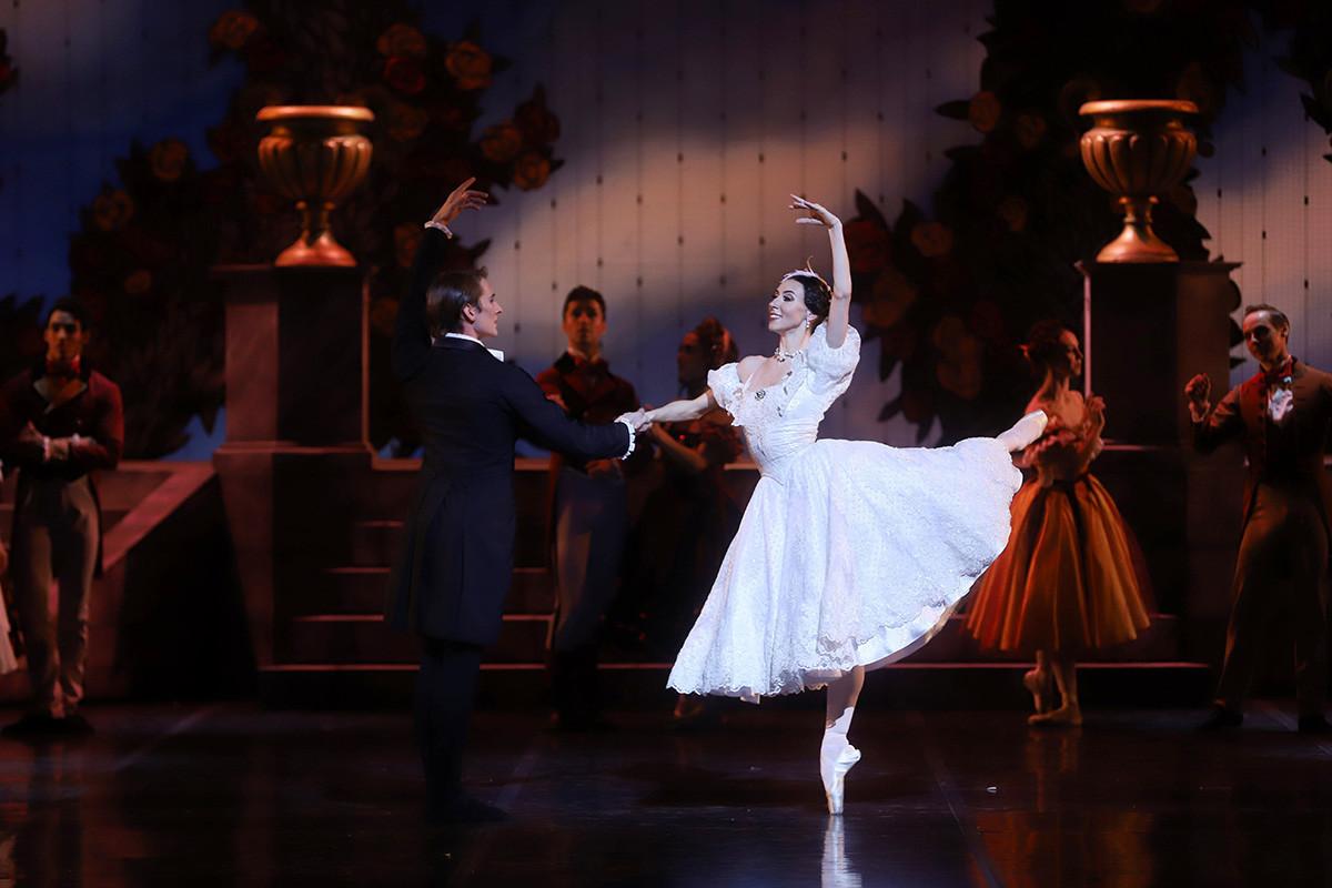 Ksenija Ovčinnikova v vlogi igralke v Straussiani