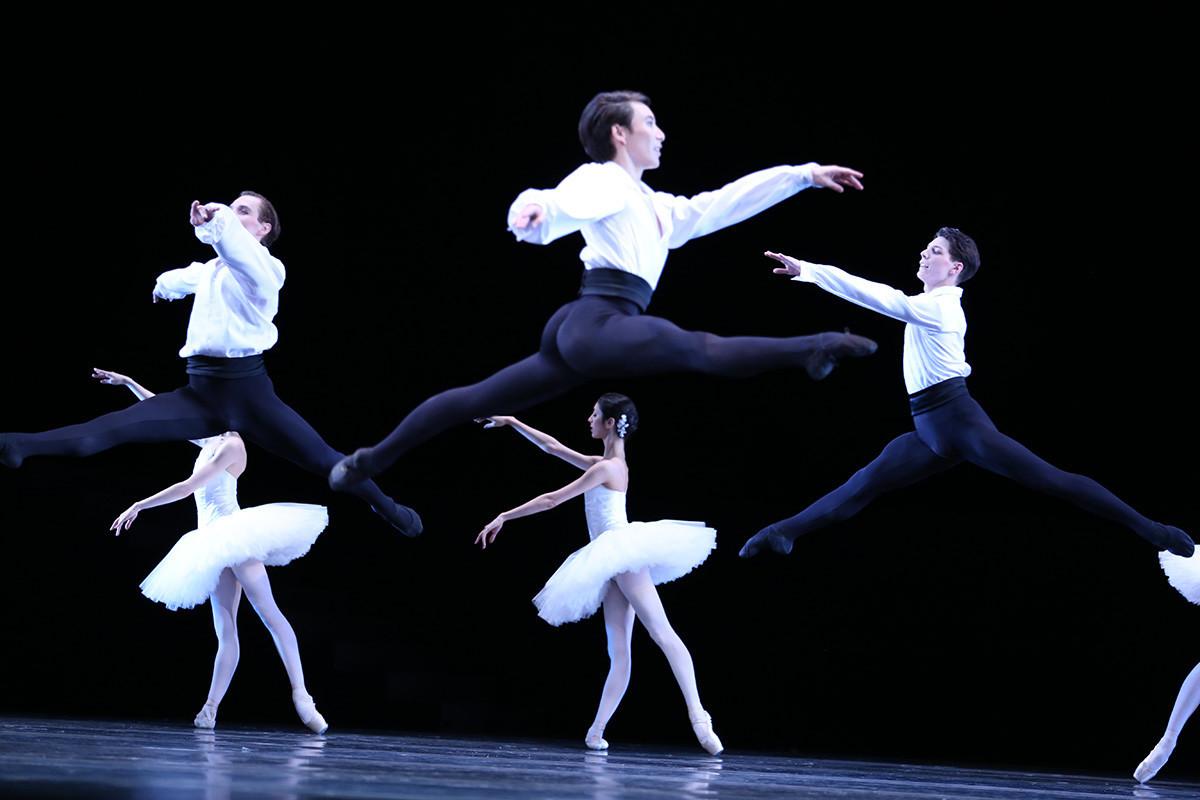Sarjal Aafanasyev v predstavi 'Suite en Blanc'