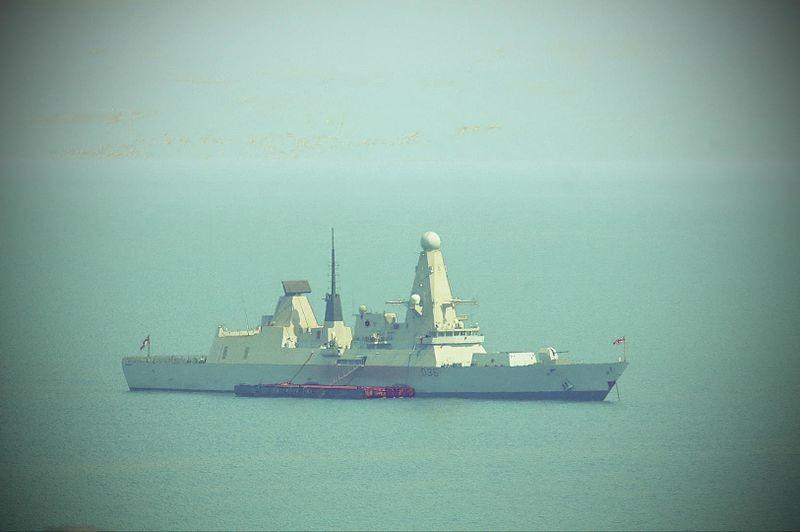 El HMS Defender frente a Split (Croacia)