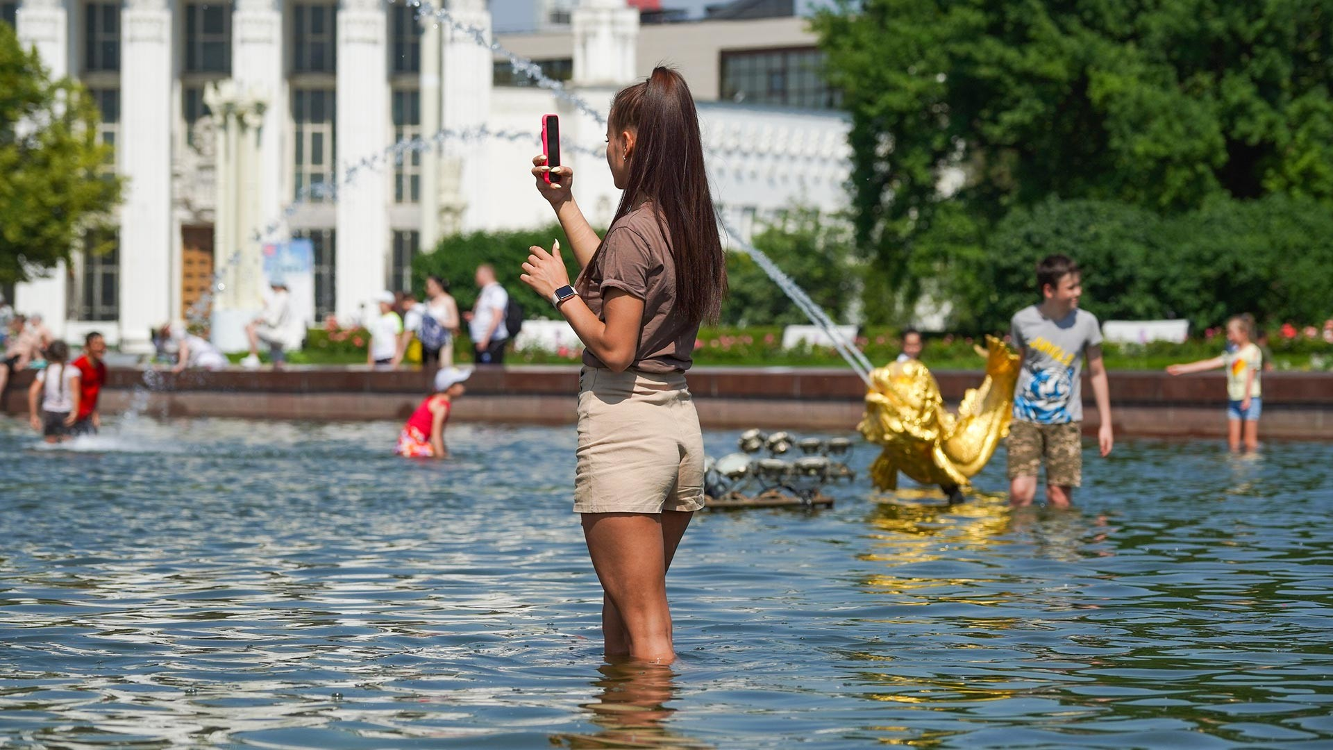 Жаркая погода в Москве 22 июня. ВДНХ, фонтан «Дружба народов».