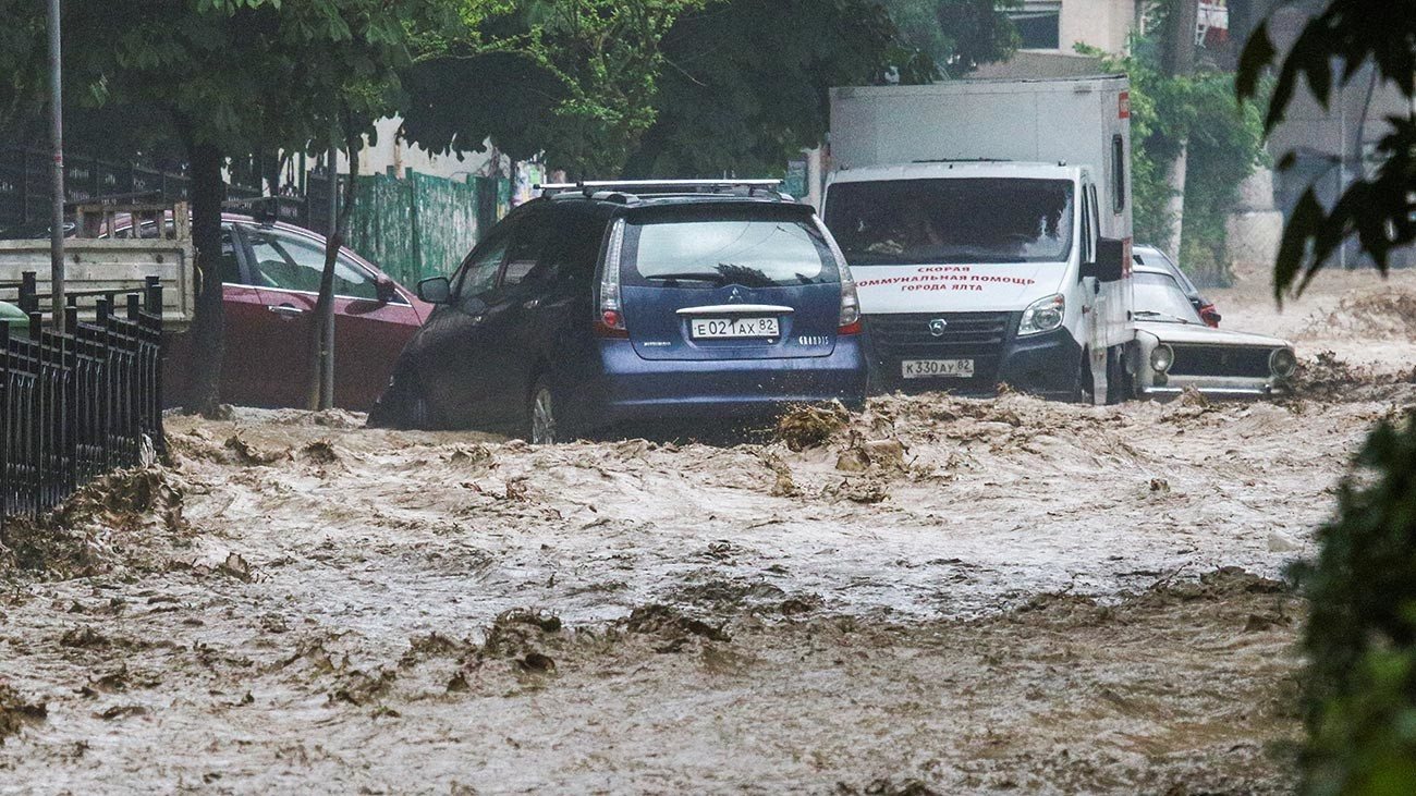 Заседнали автомболи в дълбоките води на наводнена улица след обилните валежи в Ялта