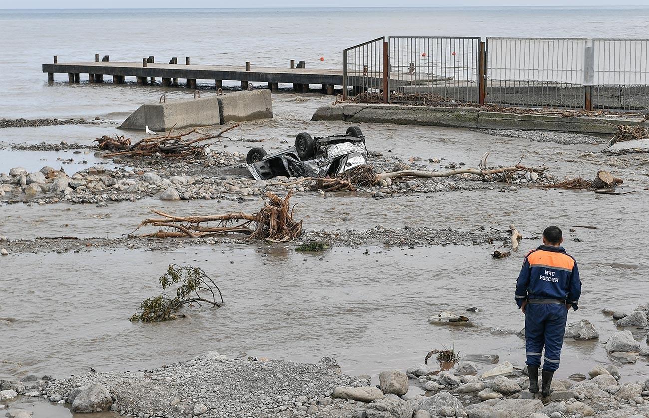 Служител на министерството на извънредните ситуации на ялтенския бряг при справянето със щетите от наводнението