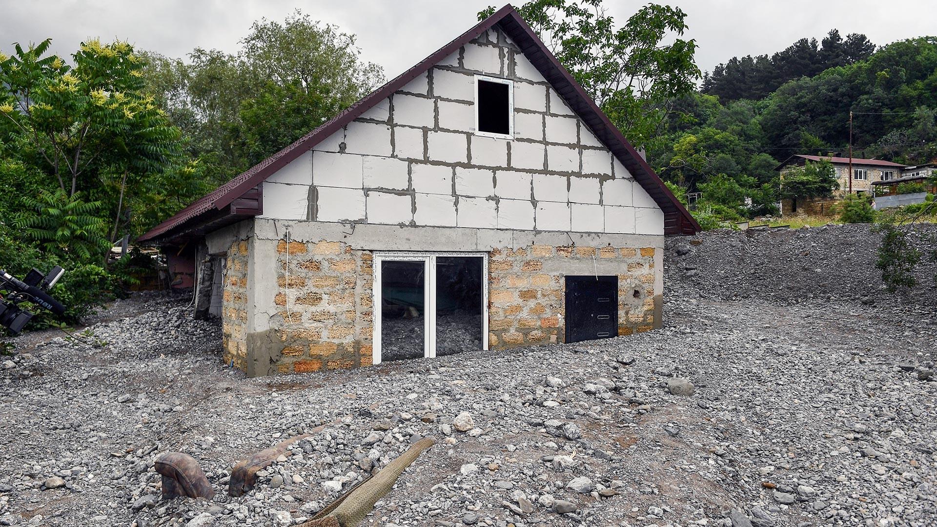 На Криму су биле обилне кише које су проузроковале поплаве. У селу Васиљевка Јалтинског региона поплављено је 10 кућа, од којих је неколико потпуно отишло под воду.
