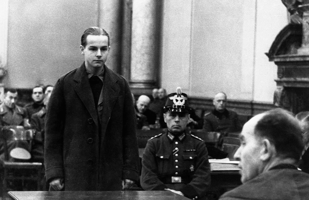 Генералот Фриц Линдеман беше еден од илјадниците осомничени за завера кој бил осуден и казнет од озлогласениот нацистички Народен суд за нивно наводно учество во неуспешниот атентат на Хитлер на 20 јули 1944 година. Берлин, Германија, август 1944
