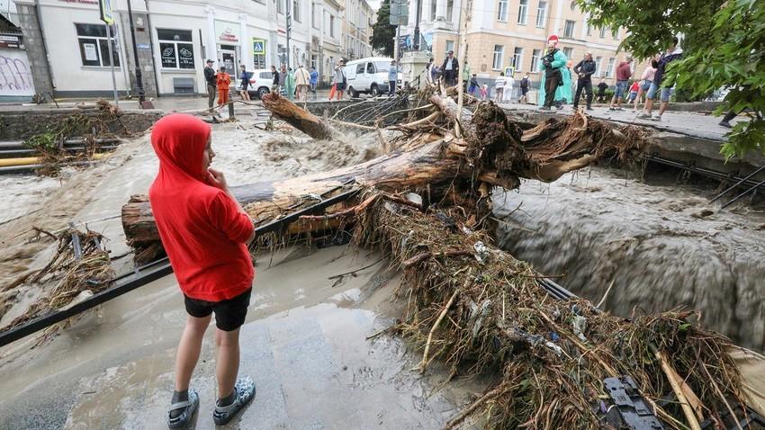 Луѓе на улица после поплавата по обилните дождови на Јалта.