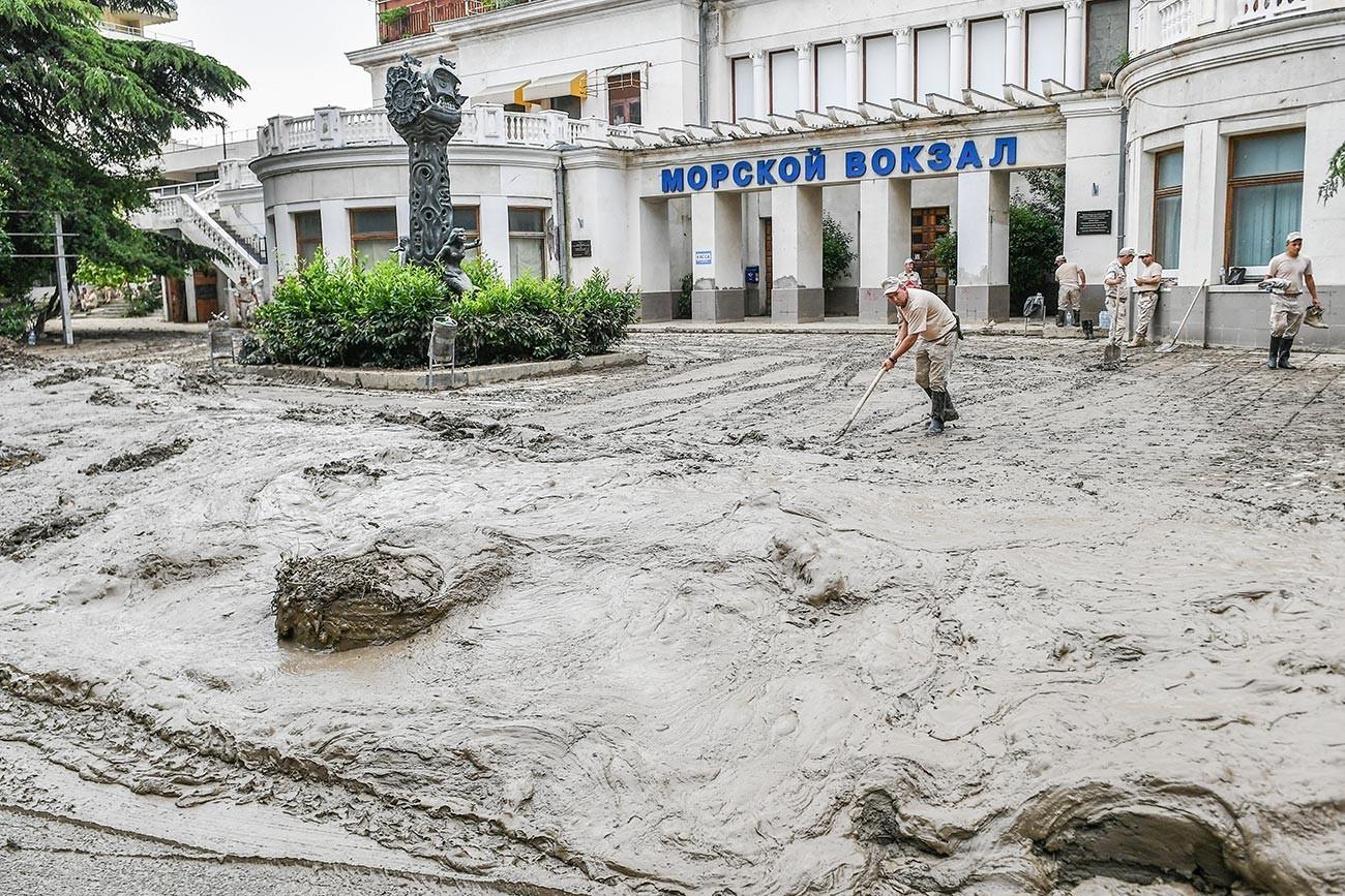 Војници за време на Секримскиот суботник во Јалта кој беше организиран заради санирање на последиците од поплавата и уредување на популарното летно одморалиште.