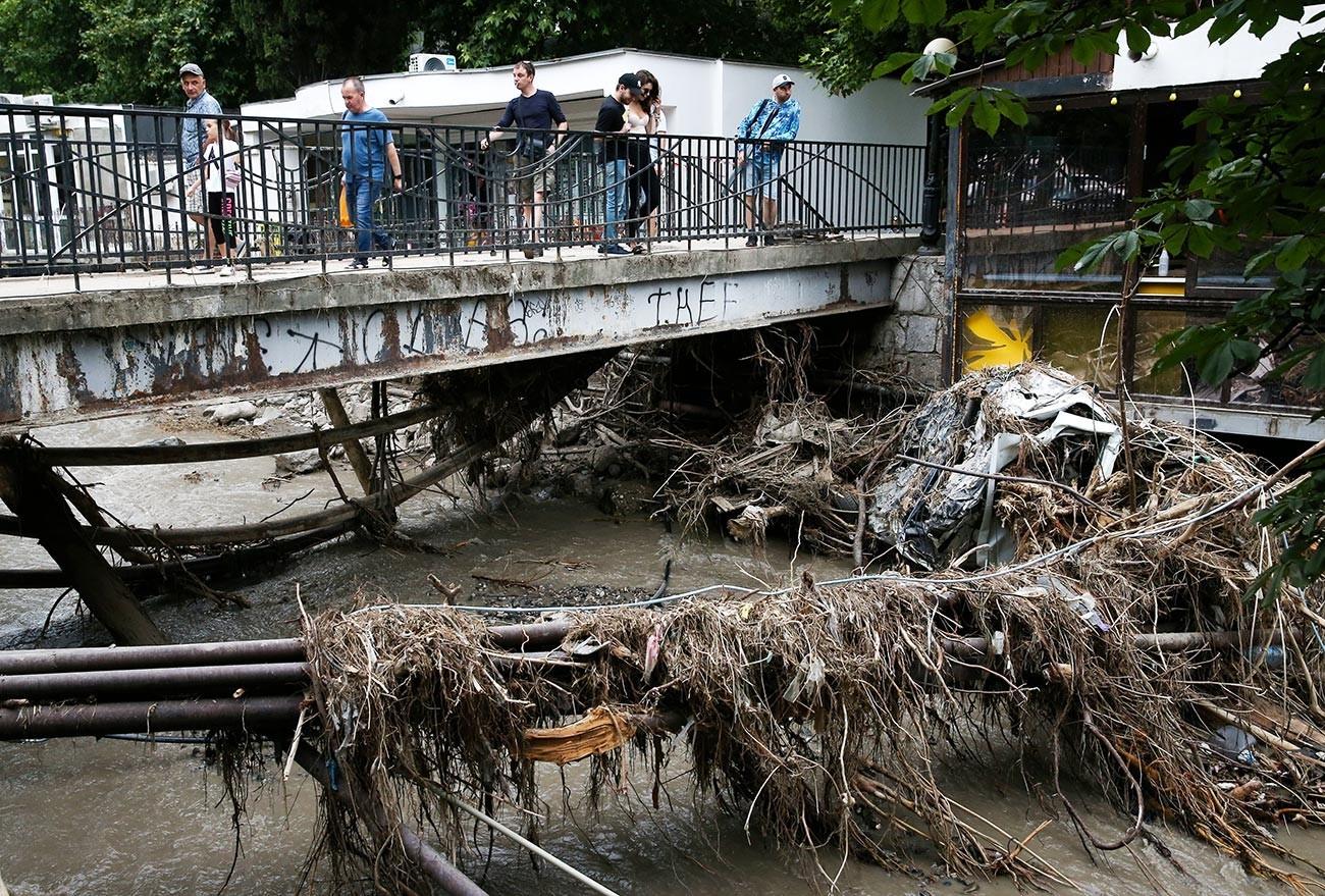 Последици од обилните дождови на бреговите на реката Водопаднаја. Силен циклон донесе врнежи на Крим, по што паднаа повеќе од две норми на месечни врнежи. Реките се излеаја од коритата и ги поплавија улиците и станбените згради.