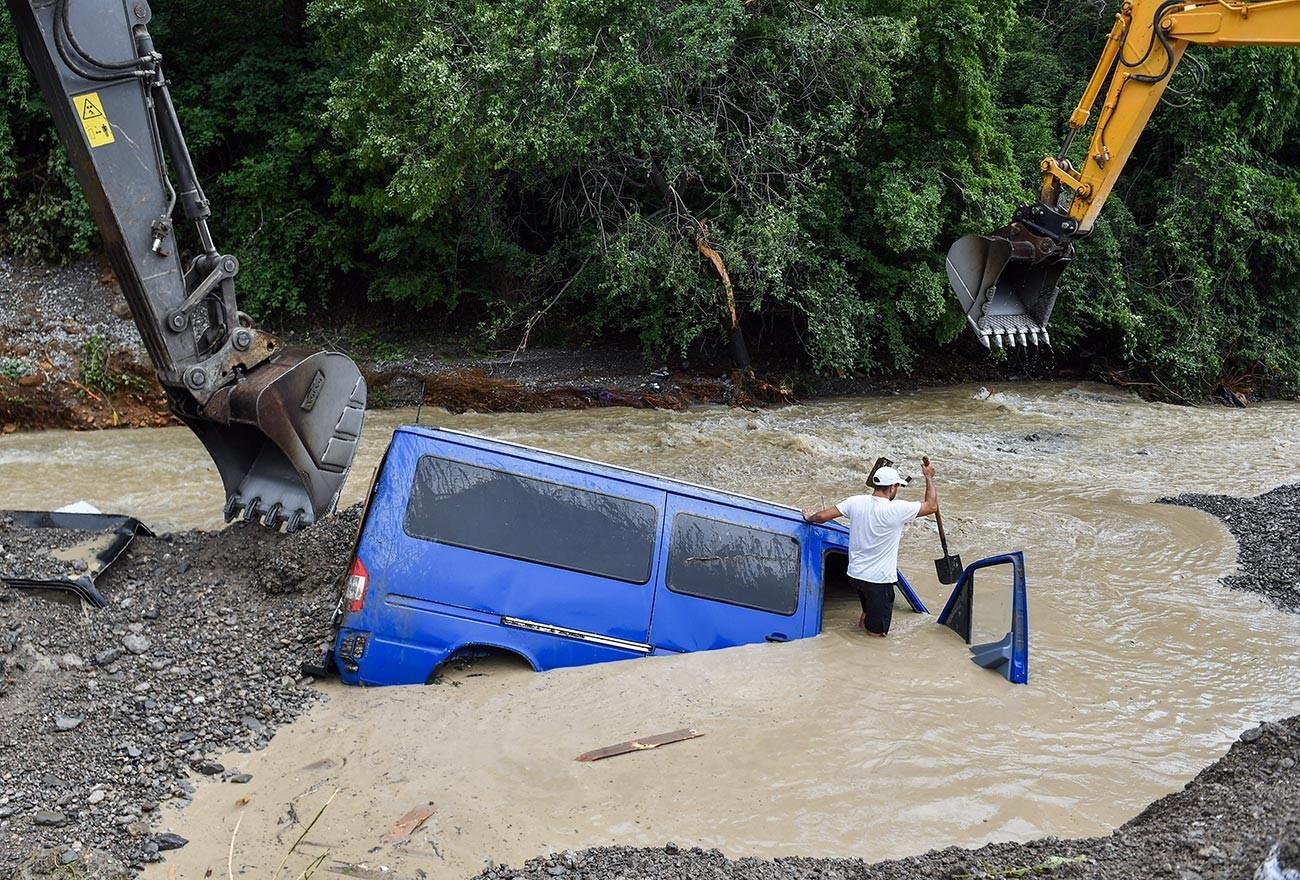 На Крим се случија обилни врнежи кои предизвикаа поплави.