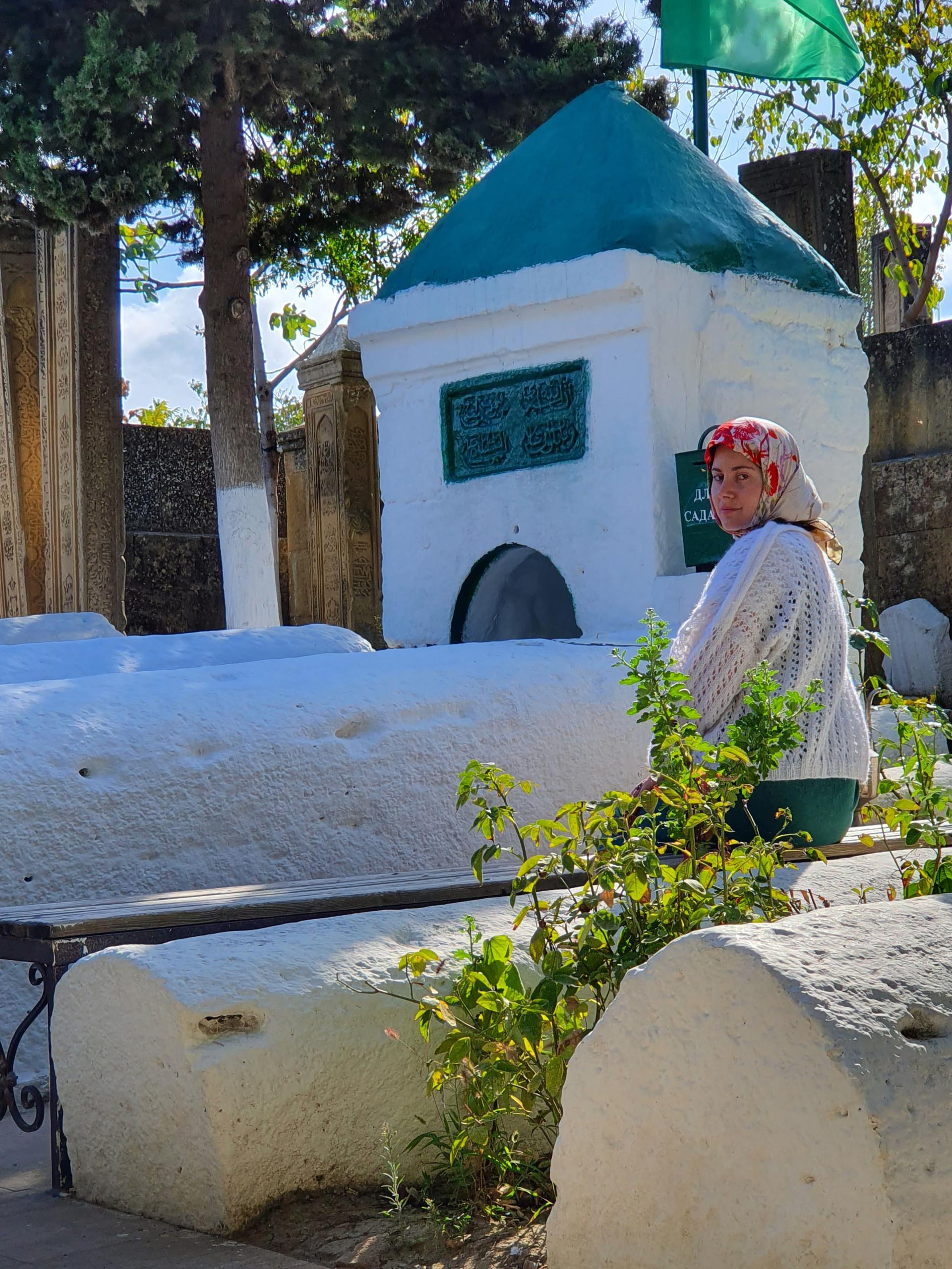 Seorang perempuan Derbent berziarah ke pekuburan Kyrkhlyar.