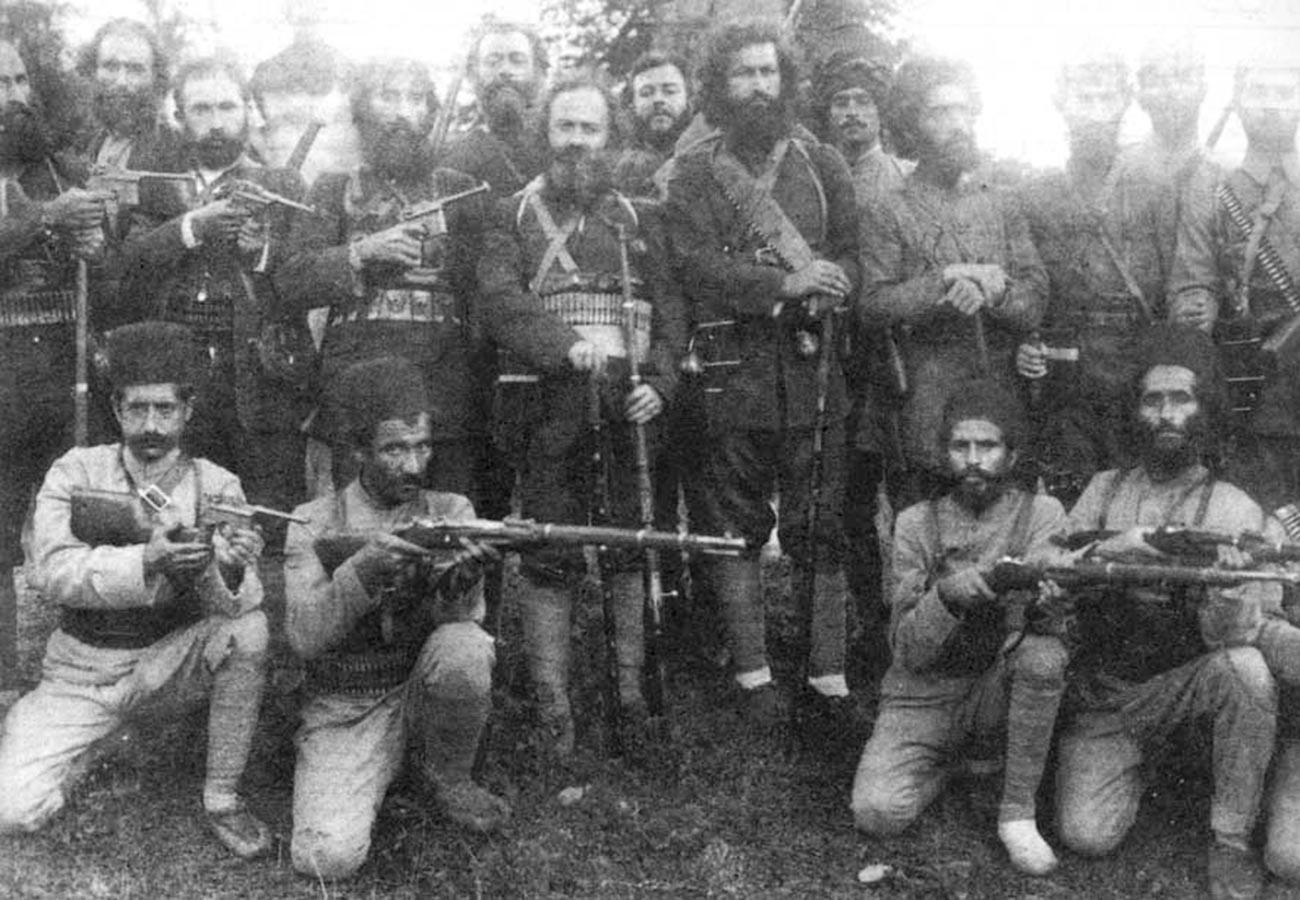 Мирза Кучек-хан с дженгелийцами.