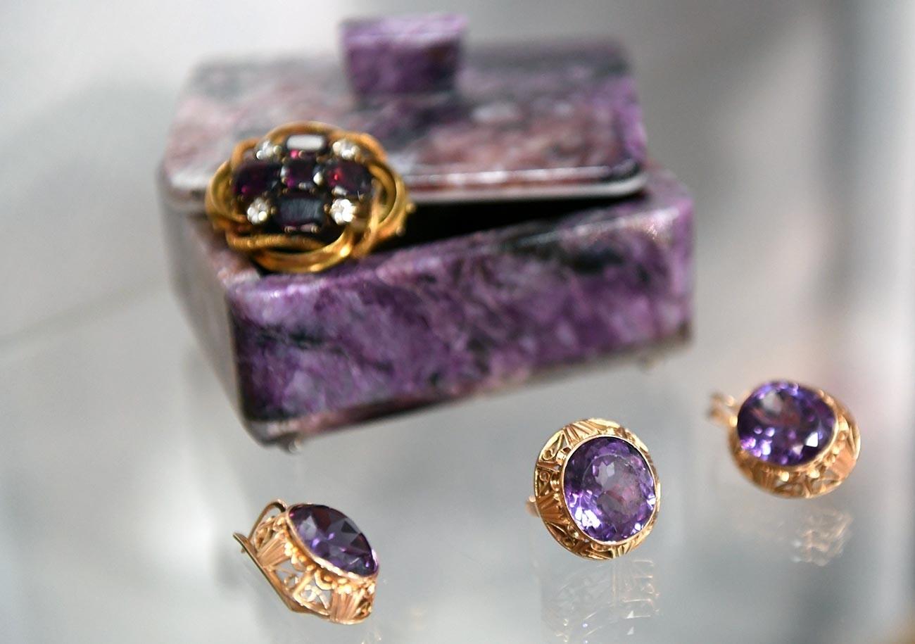 Perhiasan milik penyanyi Rusia Lyudmila Zykina. Anting-anting dan cincinnya dibuat dengan korundum (salah satu mineral pembentuk batuan) pada zaman Soviet, sedangkan bros dengan batu delima murni dibuat pada awal abad ke-20.