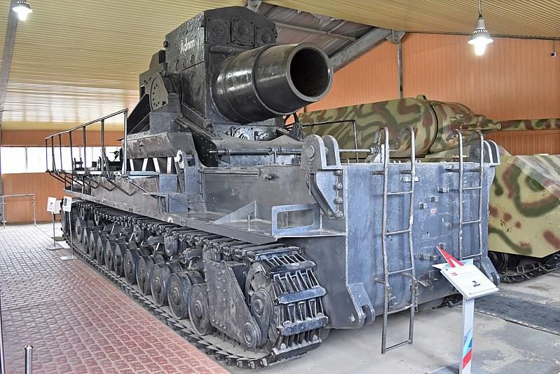 Obús Gerät 040 de 600 mm. Este es el único superviviente de los siete construidos y está expuesto en lo que se conoce como la Sala 5 del Museo de Tanques de Kúbinka, aunque su título oficial es ahora Pabellón 5 en el Área 2 del museo Parque Patriota.