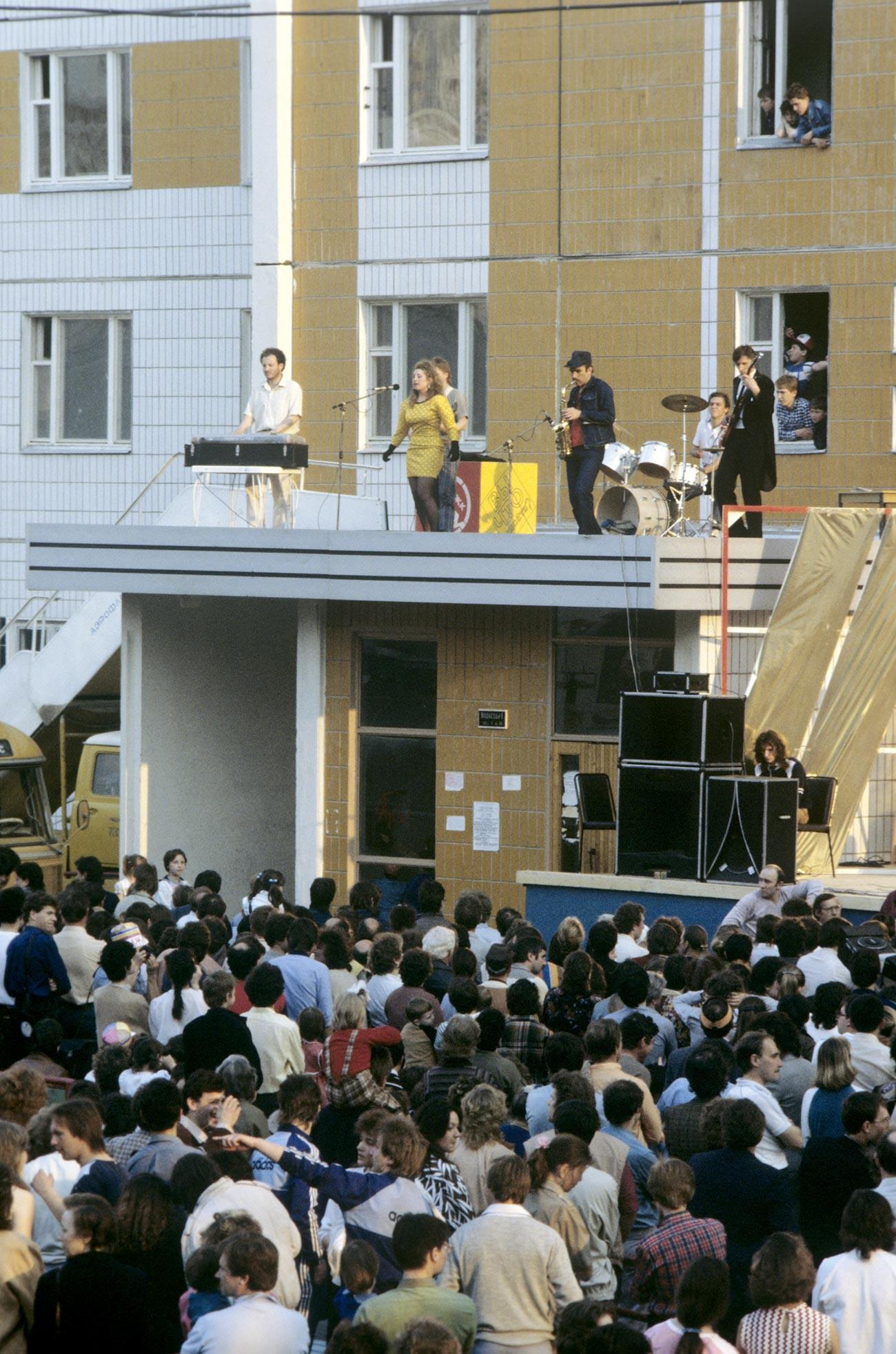 Pesta pindah rumah di kompleks perumahan Atom untuk anak muda di Moskow.