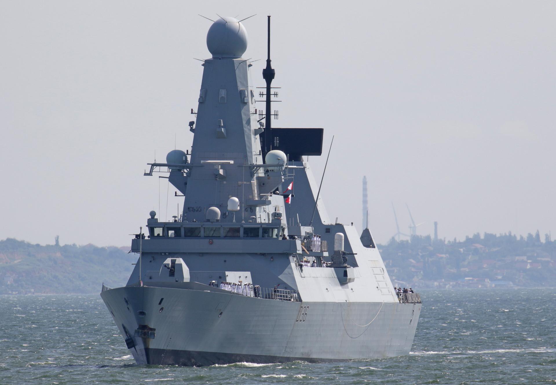 """Разурнувачот """"Дифендер"""" на Британската кралска морнарица."""
