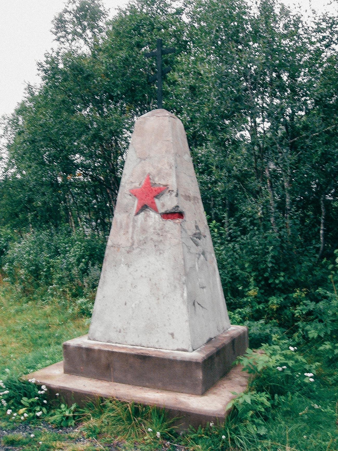 """Lapide commemorativa dei circa 5.000 prigionieri sovietici che costruirono la linea di Rana del Nordlandsbanen (""""Ferrovia del Nordland"""")"""