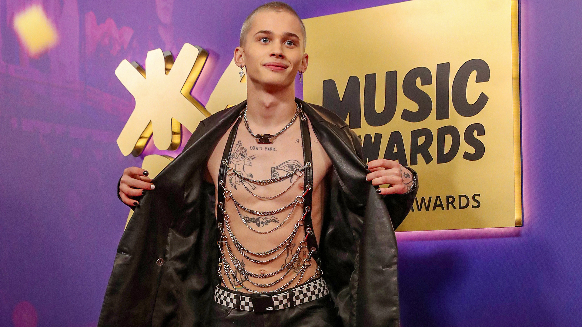 """Дања Милохин, блогер и репер, позира пре церемоније уручења музичке награде ЖАРА MUSIC AWARDS 2021 у дворани """"Крокус Сити"""", 4. април 2021, Московска област, Русија."""