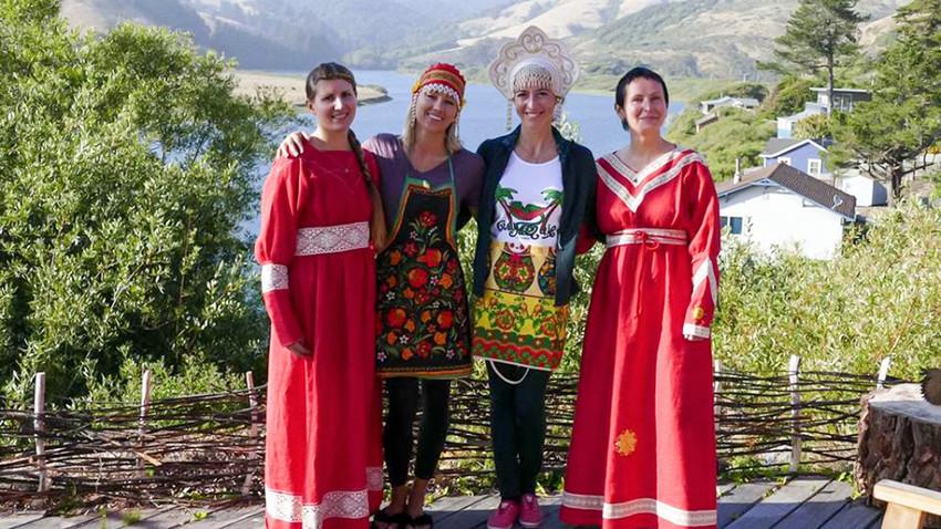 Tatiana Ouroussova (à gauche), directrice du restaurant, les bénévoles Svetlana Makheïeva et Alexandra Vassiliouk, et Polina Krassikova, co-fondatrice de l'établissement
