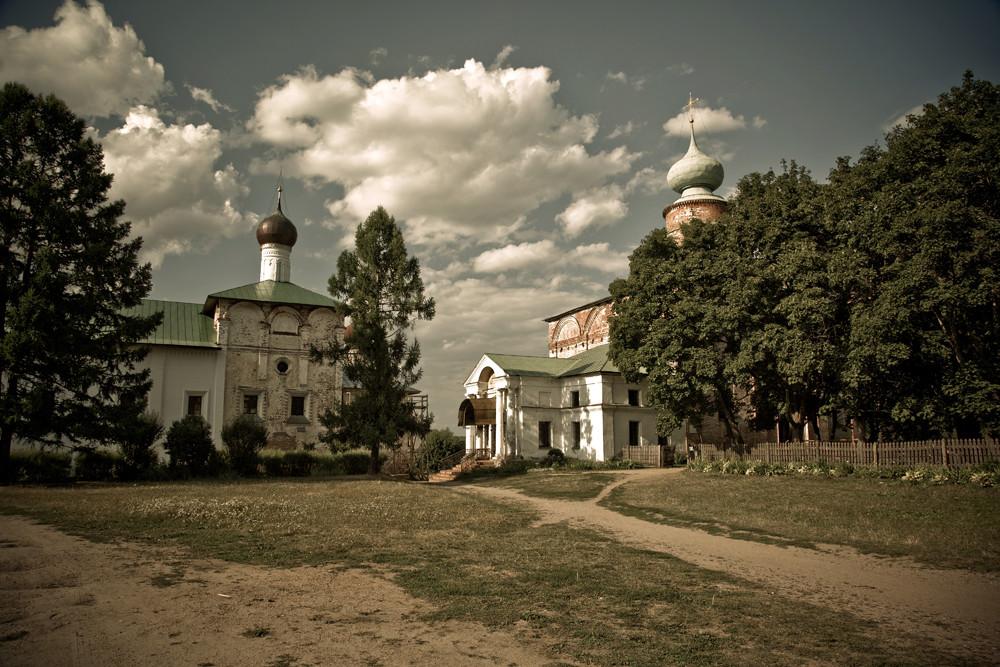 Le monastère Saint-Boris-et-Saint-Gleb est un monastère orthodoxe masculin situé sur la route de Rostov à Ouglitch, dans le village de Borisoglebski, sur le tracé du célèbre itinéraire touristique de l'Anneau d'or de Russie.