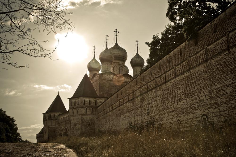L'emplacement du site était très avantageux. La route reliant Moscou et Rostov à Ouglitch passait à proximité et continuait vers Kargopol et Beloozero. La rivière Oustié est restée navigable très probablement jusqu'à la fin du XVIIe siècle.