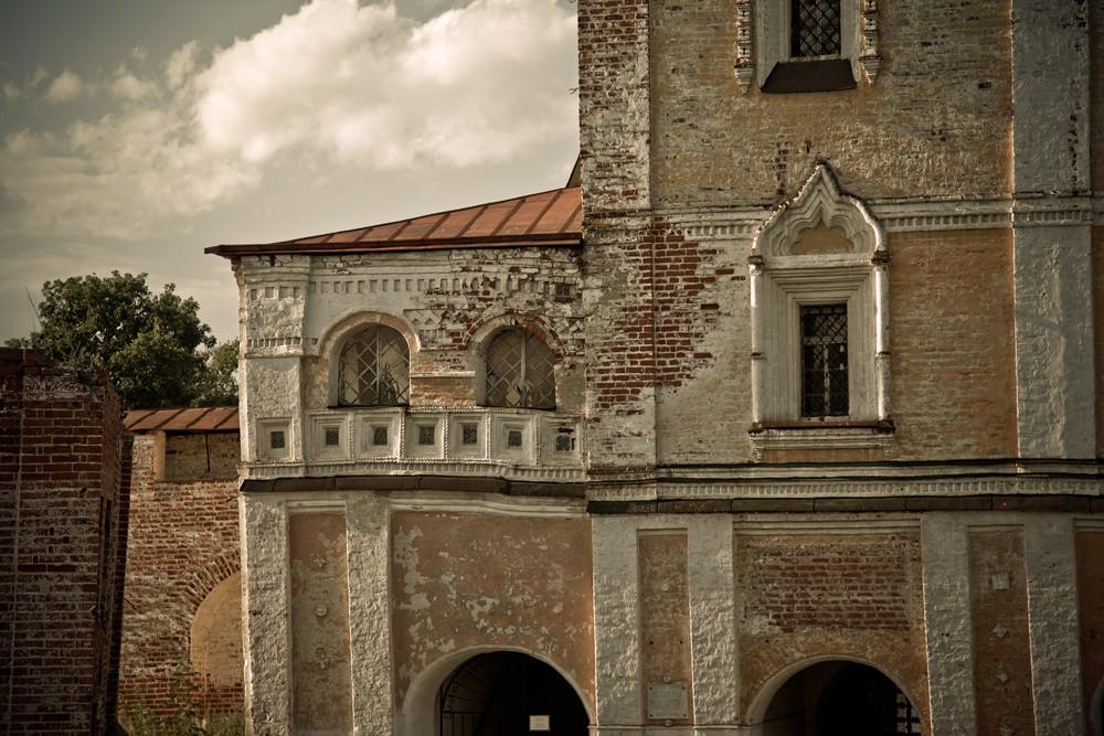 L'ensemble architectural a pris forme avant le règne de Pierre le Grand, alors qu'il s'agissait de l'un des diocèses les plus prospères de Rostov.