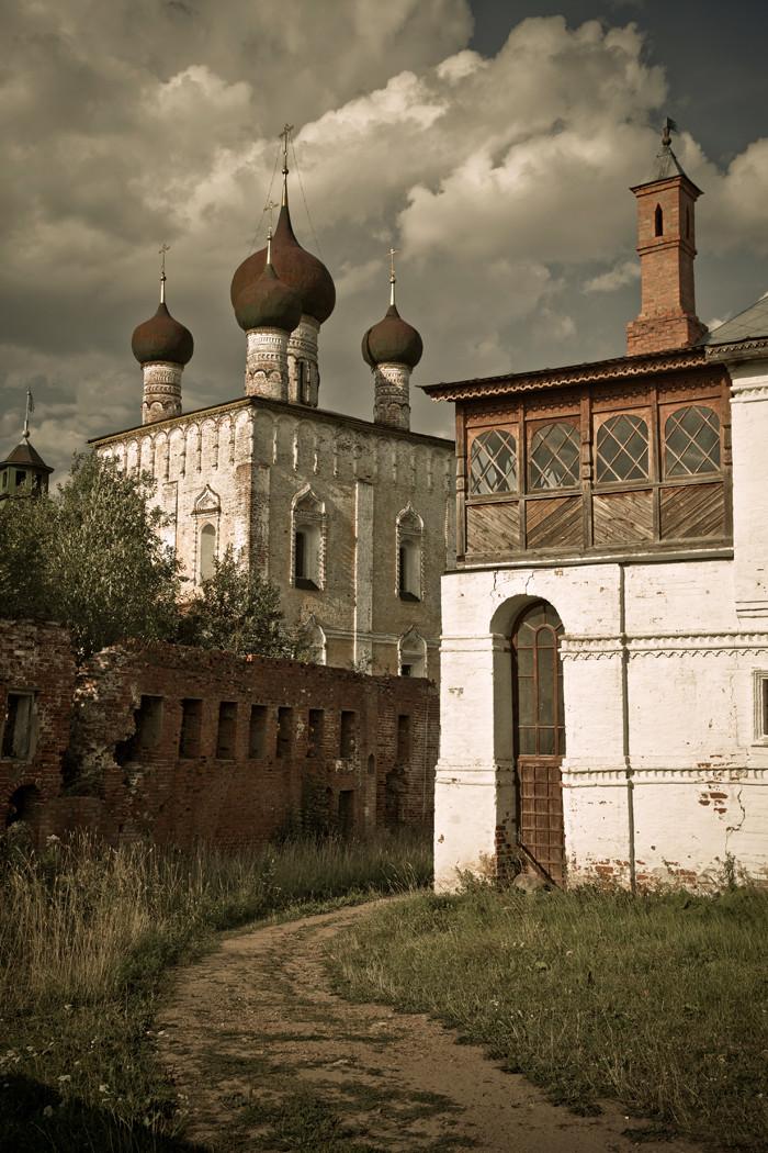 La première construction en pierre du monastère Saint-Boris-et-Saint-Gleb fut la cathédrale du même nom.