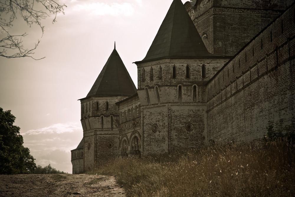 Le monastère Saint-Boris-et-Saint-Gleb fut officiellement déconsacré en 1924 par les autorités soviétiques, opposées à la religion. Certains des bâtiments ont alors été transférés au musée d'État de Rostov.
