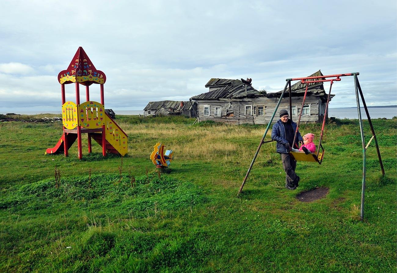 Дечије игралиште у селу Тетрино Терског рејона, Мурманска област.