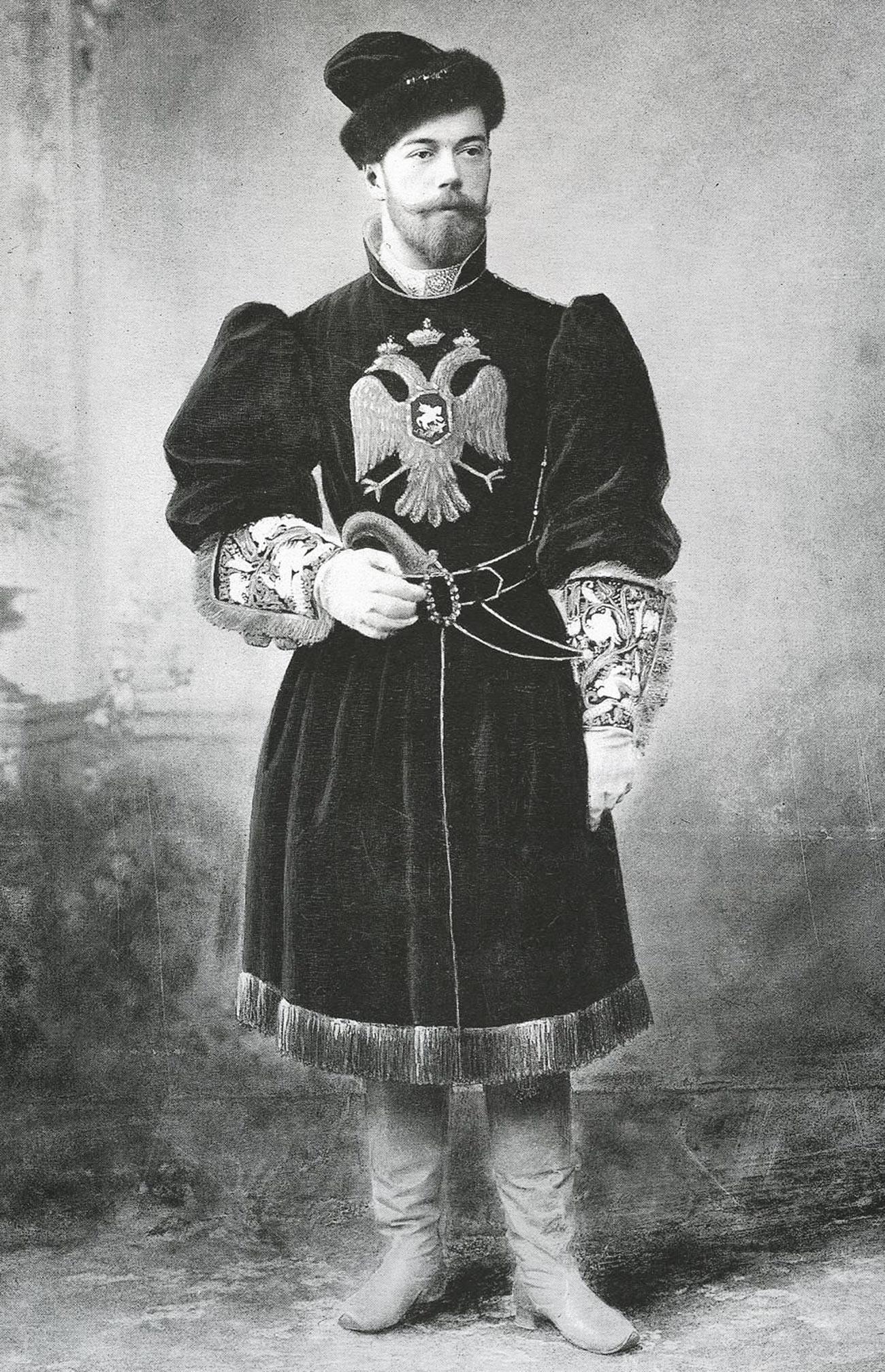 Nikolai II mengenakan kostum tradisional Pangeran Agung Rusia abad ke-17, 1913.
