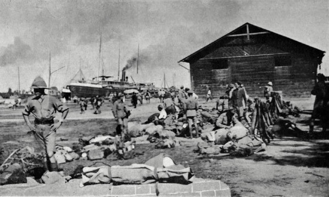 Soldados de la 39ª Brigada en Enzeli tras ser evacuados de Bakú