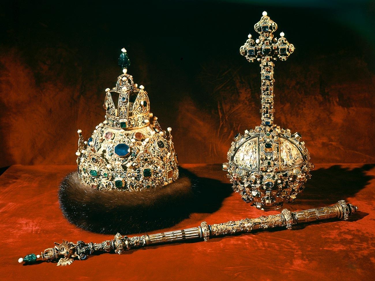 Herrschaftsinsignien der Zaren: Zepter, Reichsapfel (zu Russisch Derschawa) und Krone