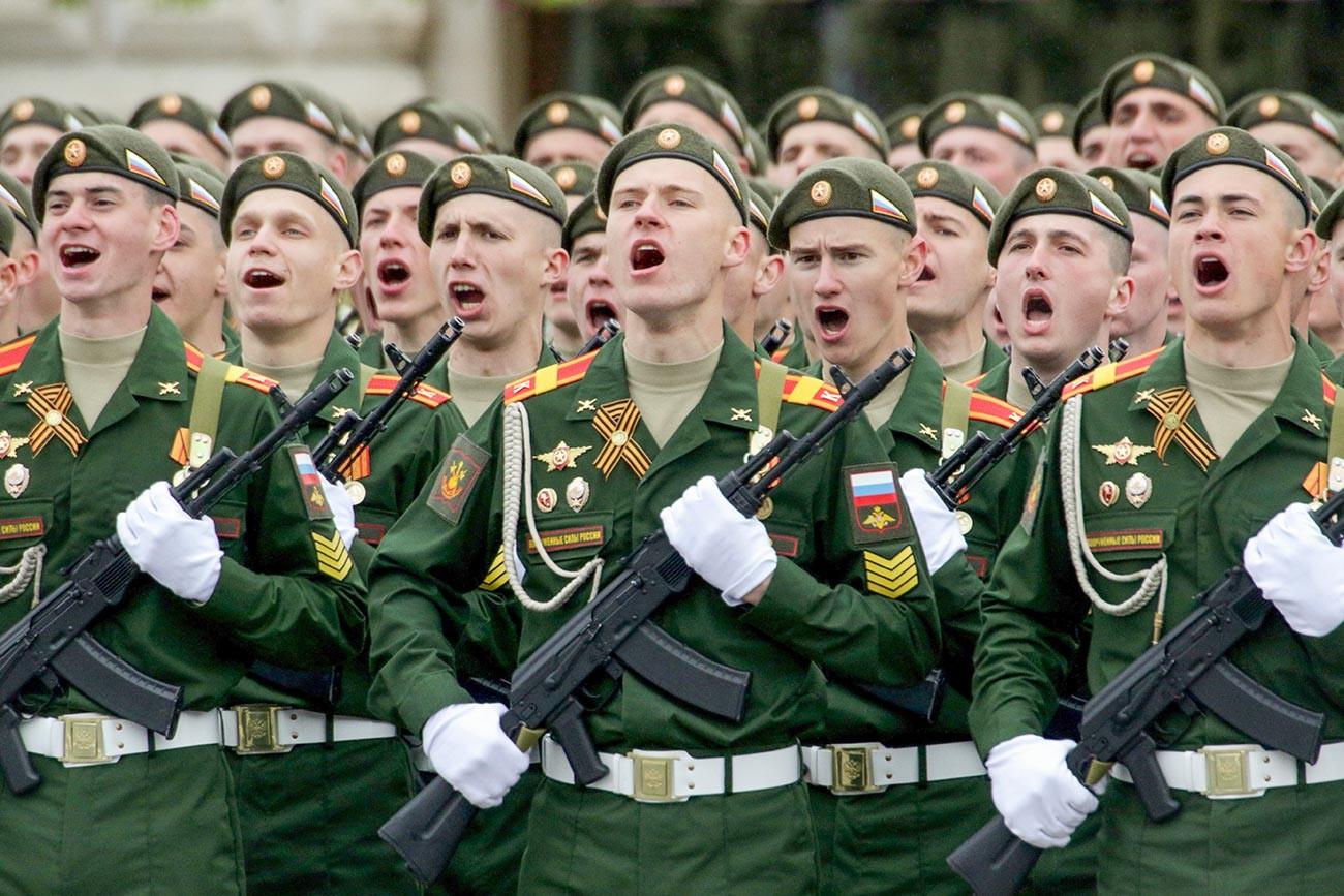 Eine Siegesparede am 9. Mai auf dem Roten Platz in Moskau