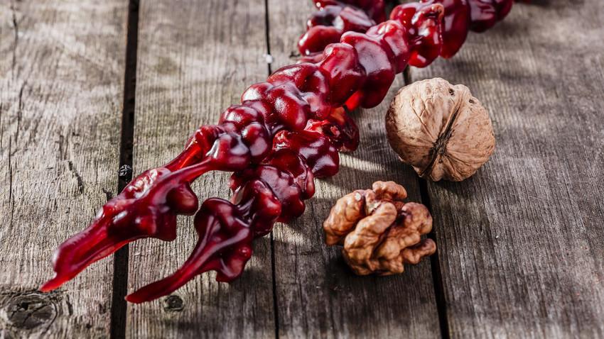 Tradicionalna čurčhela, slastna sladica iz oreščkov, je dolga približno 20-25 cm. Toda obstajajo tudi rekordi, ki dosegajo celih 8 metrov.