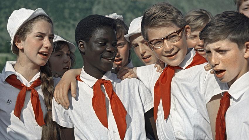 """Otroci na počitnicah v pionirskem taboru """"Artek"""" V.I. Lenina."""