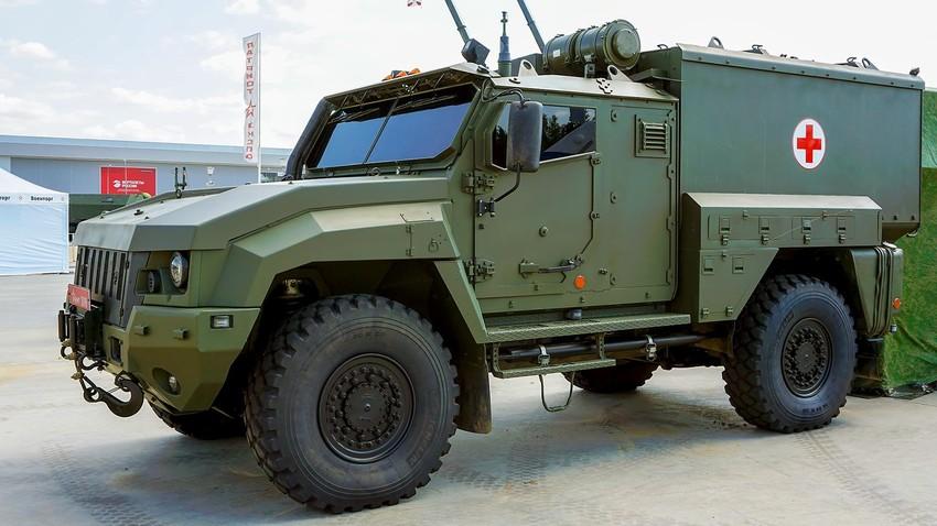 """Бронирано санитарно превозно средство """"Линза"""" на базата на броневатомобила КАМАЗ-53949 """"Тайфун-K"""" 4x4."""