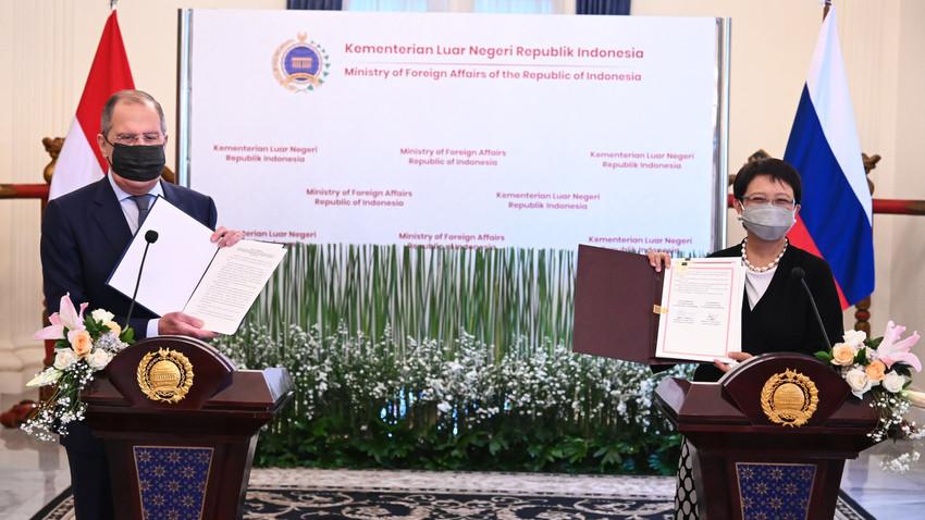 Menteri Luar Negeri Rusia Sergey Lavrov dan Menteri Luar Negeri RI Retno Marsudi selama konferensi pers di Gedung Pancasila, Kementerian Luar Negeri RI, Selasa (6/7).