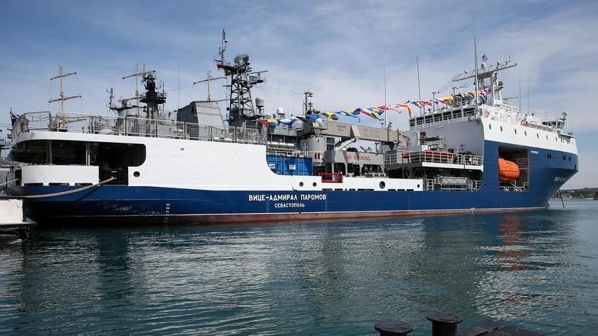 Slovesnost ob sprejemu majhnega pomorskega tankerja Viceadmiral Paromov v sestav Črnomorske flote.