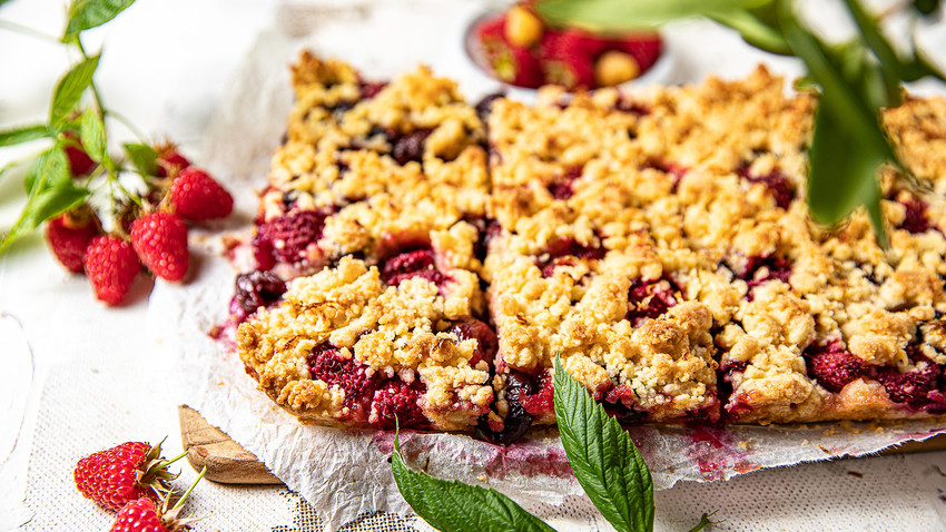 We'll tell you how to bake the easiest and most delicious crumble with its jam and fresh berry mix.