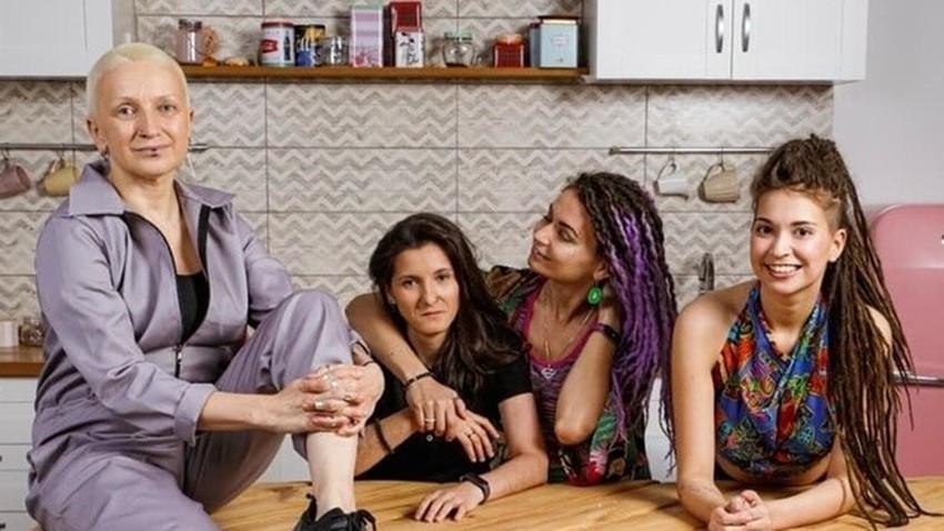 広告に出演したレズビアンのカップルとカップルの家族