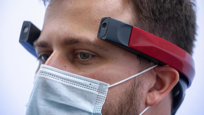 """Демонстрация имплантанта для головного мозга Elvis, который поможет вернуть зрение незрячим и слепоглухим людям, на стенде компании """"Сенсор-Тех"""""""